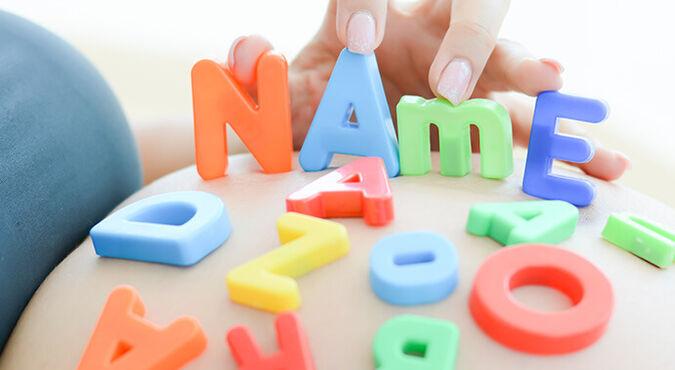 ¿Cómo elegir el nombre de mi bebé según el apellido?  | Más Abrazos by Huggies