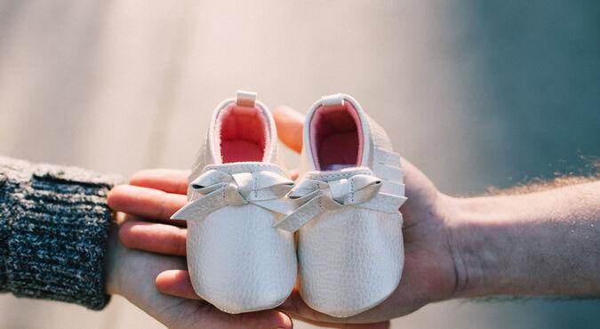 ¿De que material debenser sus primeros zapatos?
