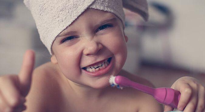 Niña pequeña se lava los dientes