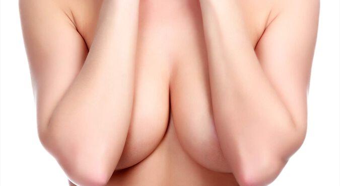 Porque sale líquido de los senos al apretarlos